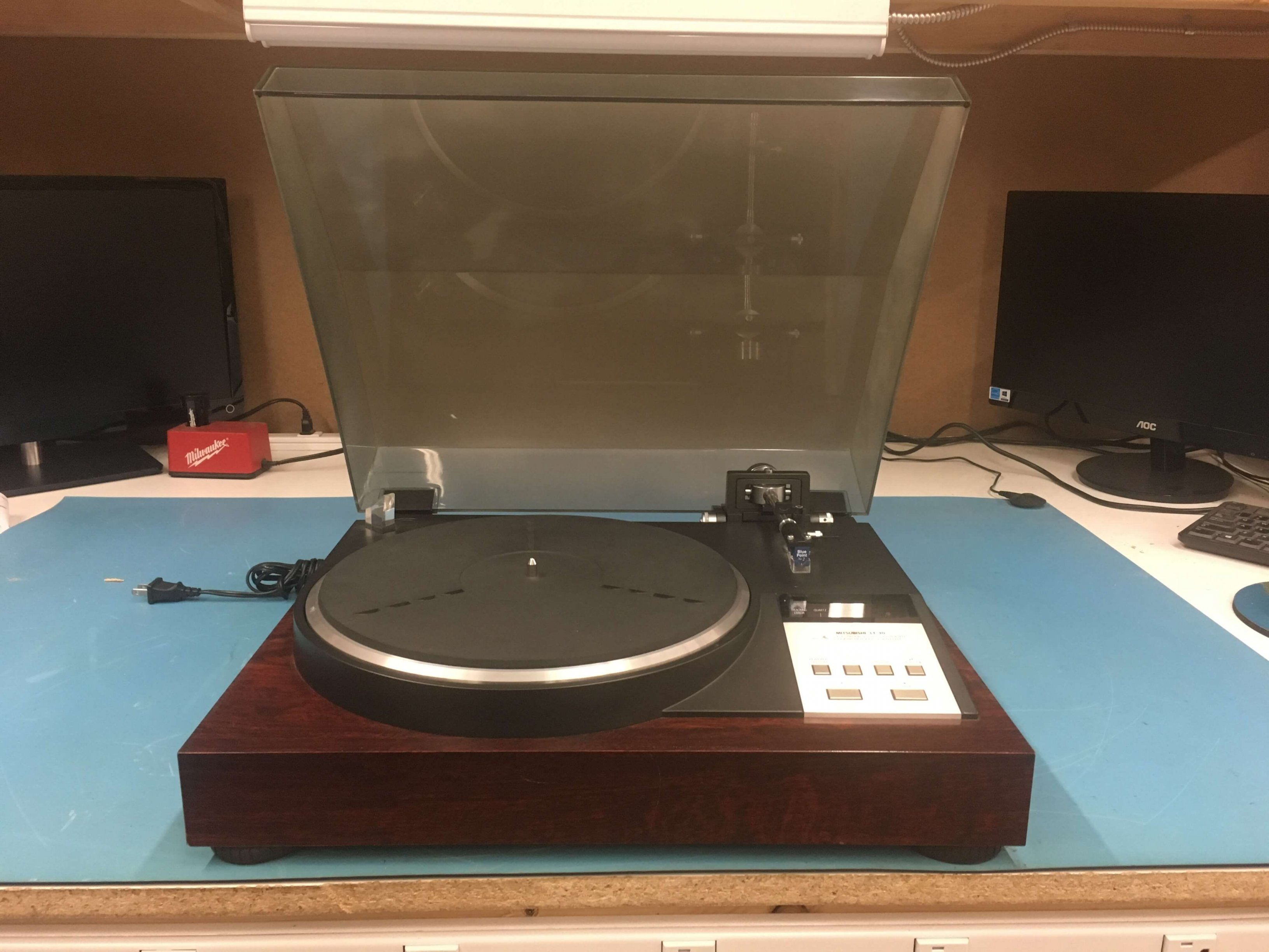 Mitshubishi LT-30 linear tracking turntable