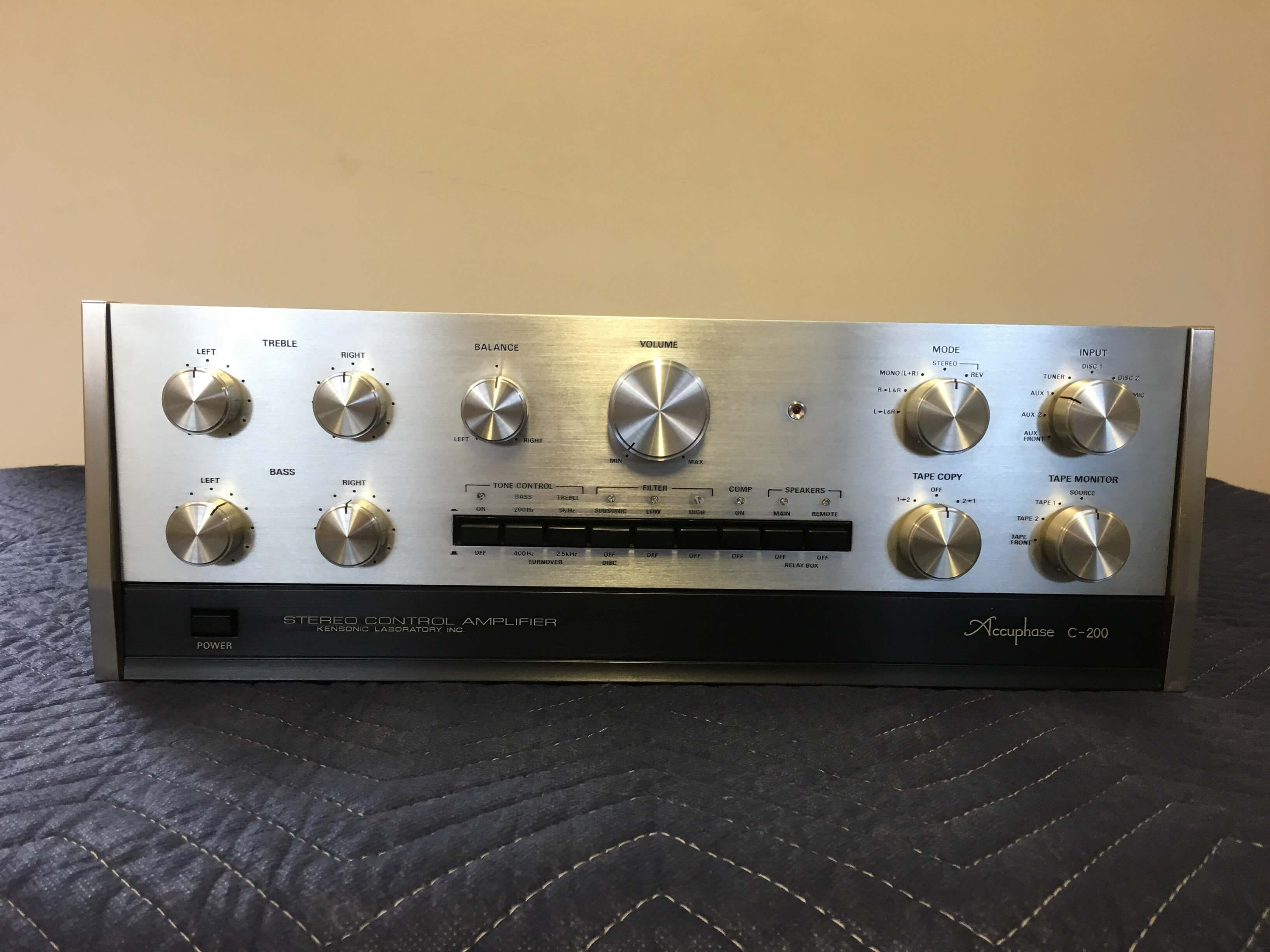 Accuphase C-200 control amplifier (sold only with Accuphase P-300)